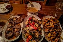 Steak, grillezett zöldség, steak burgonya