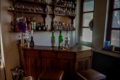 Előtte whisky, a rendberakott bárpultnál