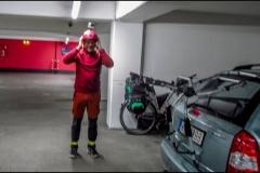 Indulás a parkolóházból